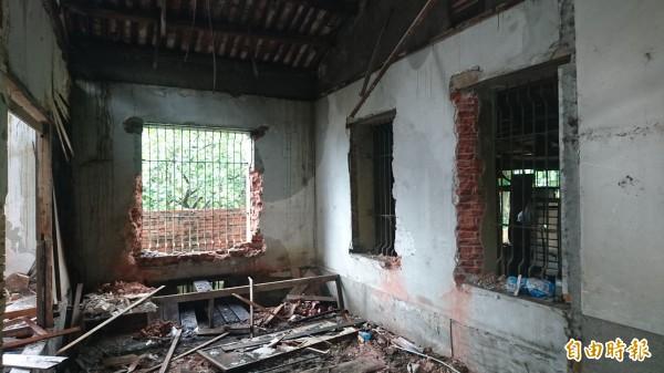 麻豆老鎮長張拔故居內部窗台已被拆除一空。(記者楊金城攝)