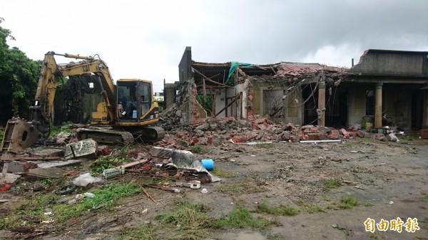 麻豆老鎮長張拔故居,今天在大雨中進行拆屋。(記者楊金城攝)