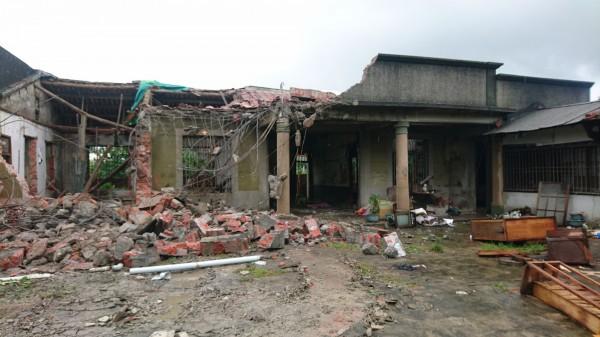 張拔故居正廳、右護龍部分外觀建築今天拆除,現已成為一片殘破的景像。(記者楊金城攝)