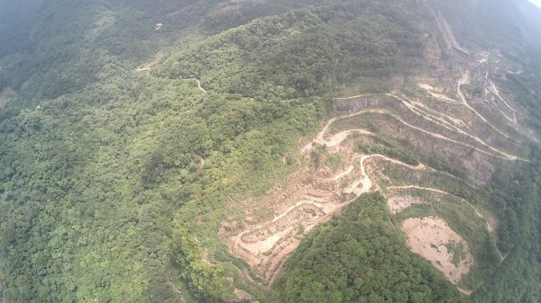 新竹縣關西鎮民羅政宏等反開採案者空拍掌握,在亞泥關西玉山礦場內的2個「天坑」。(記者黃美珠翻攝)