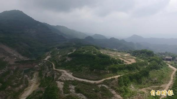 新竹縣長邱鏡淳說,亞泥新竹廠和羅家最原始申請開發的面積是81.96公頃,後來變更為46.9公頃但環評沒過,絕非網路謠言的1000公頃。(記者黃美珠攝)