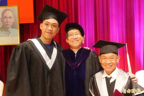 健行科技大學校長李大偉(中)與獲得樂齡獎的畢業生呂全發(右),以及獲體育成績優良獎的黃泓瀚(左)合影。(記者李容萍攝)