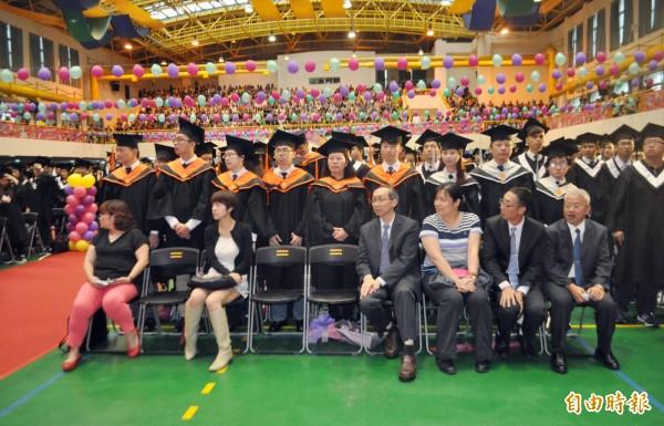 健行科技大學畢業典禮,2833位畢業生齊聚一堂。。(記者李容萍攝)