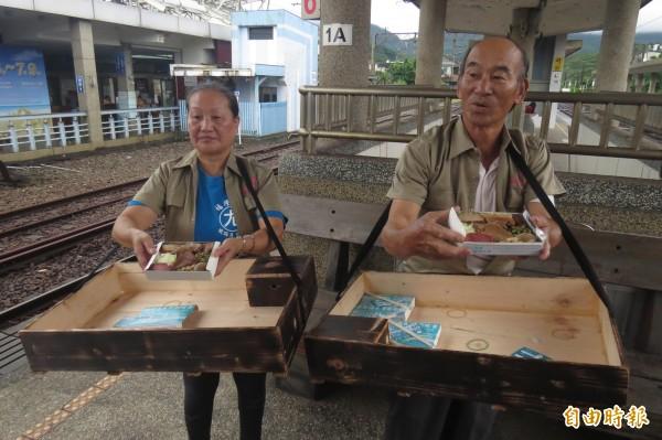 75歲的黃博武與60歲的吳美琪兩人相隔多年,重新回到福隆火車站月台叫賣便當,喚起許多乘客與福隆人的記憶。(記者俞肇福攝)