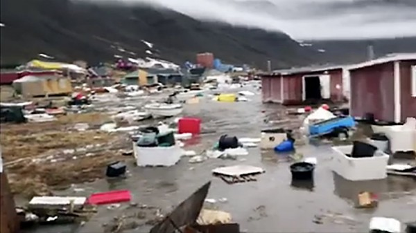 格陵蘭16日晚上發生地震,地震引起的海嘯在18日造成11間民宅被沖走。(法新社)