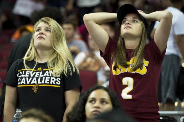 NBA克利夫蘭騎士在總決賽以1:4不敵金州勇士。圖為騎士隊球迷輸球後的失望表情。(法新社)