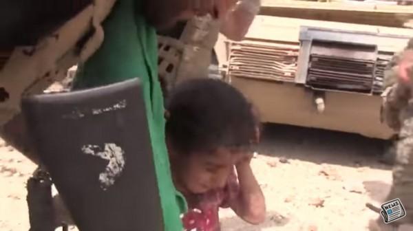 被拯救的小女童看上去仍驚魂未定。(圖擷自YouTube)