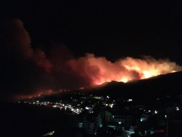 克羅埃西亞當局指出,因持續延燒的森林大火已吞噬亞得里亞海中部海岸,當局緊急疏散800名觀光客與許多當地居民。(圖擷自推特)