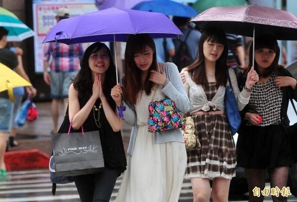 中央氣象局指出,今天(19日)各地仍有局部短暫陣雨或雷雨。(資料照,記者簡榮豐攝)