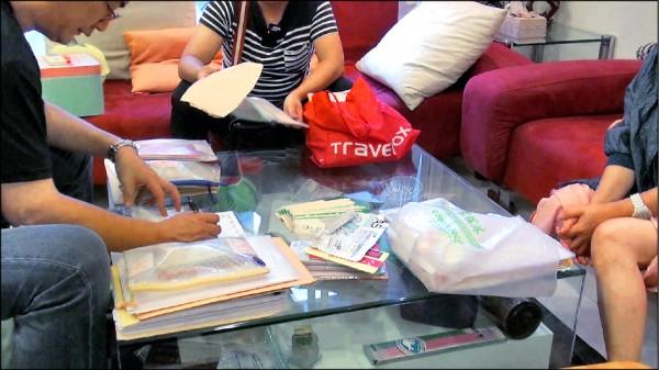 警方搜出大批人頭公司帳冊、存摺及400餘萬元現鈔。(記者姚岳宏翻攝)