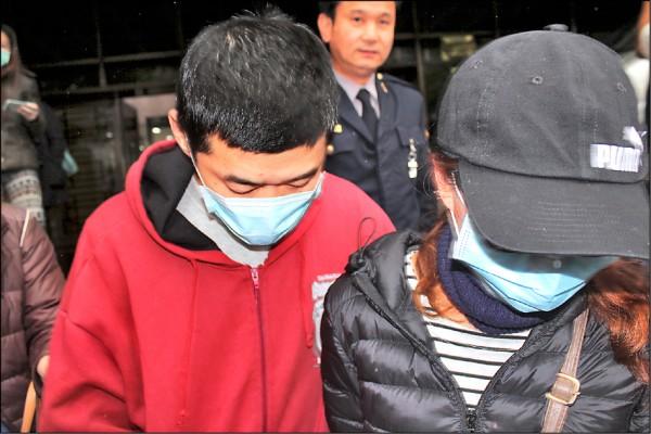 何男(左)掐死腦性麻痺兒子,被依殺人罪起訴,律師請求依罪責較輕的加工自殺罪論處。圖為他前年在妻子(右)陪同下赴北檢應訊。(資料照)