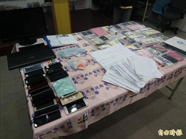 警方查扣到應召站的手機、帳冊等大批證物。(記者王冠仁攝)