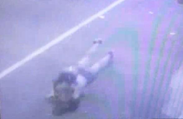 被搶的溫女跑步追逐歹徒,但第4步就仆倒在地。(記者洪定宏翻攝)