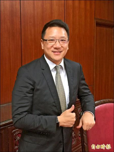 嘉泥董事長張剛綸昨天在股東會後表示,台灣若沒有水泥是全民要買單的事情,橋樑不造、道路不鋪、房子不蓋,不合理,形容「水泥業已被妖魔化了」。(記者楊雅民攝)