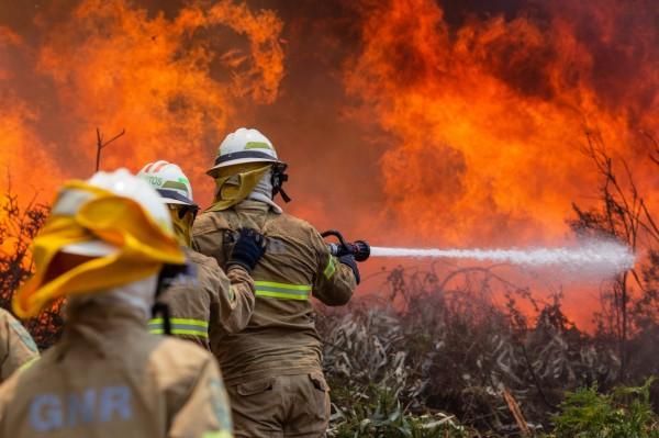 這些地獄景象,是由葡萄牙中部森林的熊熊大火所造成。(歐新社)