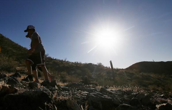 美國國家氣象局預估,當地時間週二的氣溫將來到近期最高值,加州觀光勝地沙漠死亡谷將達52度,鳳凰城也將有48.8度的高溫。(美聯社)
