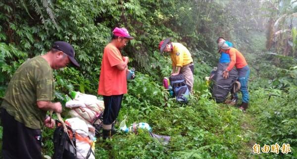 登山客李明翰靠著2G手機撥出訊號,在山區受困35天後終於獲救。電信業者指出,智慧型手機內建的GPS定位,能更精確地提供搜救資訊。(資料照,記者花孟璟攝)
