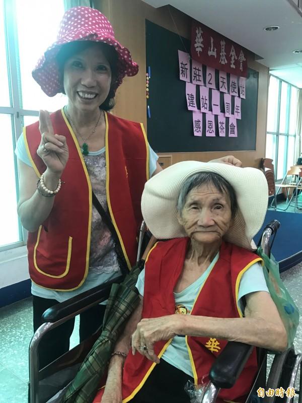李小姐(左)照顧失智媽媽將近40年,生活辛苦,很感謝華山基金會志工的協助。(記者葉冠妤攝)