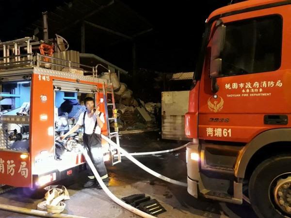 中壢資源回收場暗夜大火,31輛消防車趕抵現場搶救。(取自臉書「我是中壢人」)