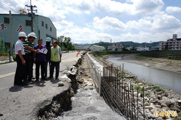 市府觀光旅遊局派員到霧峰乾溪自行車道工程現場向鄉親解說。(記者何宗翰攝)