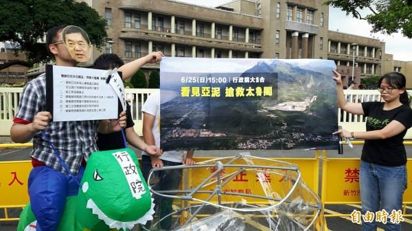亞泥展限爭議延燒,地球公民基金會今天到行政院大門口演出行動劇抗議,並遞交21萬人要求撤銷亞泥展延的連署書。(記者李欣芳攝)