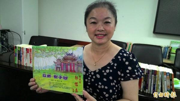 劉惠蓉從完全不懂台語到成為中小學的台語老師,並著作《故鄉·樹子脚》台語繪本。(記者洪瑞琴攝)