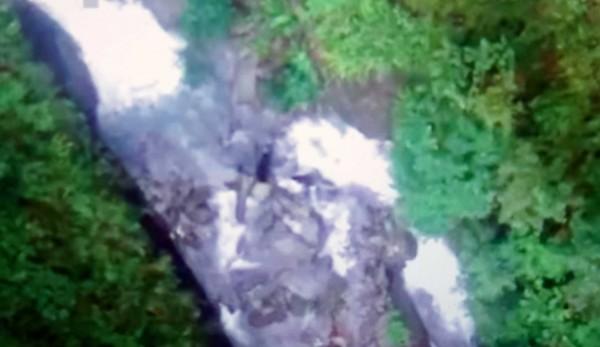 玉管處人員在瓦拉米山風1號橋下溪底,捕捉到台灣黑熊母子走失後重逢的温馨畫面。(玉管處提供)