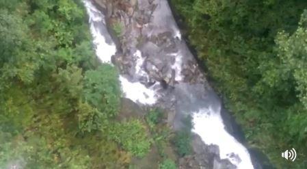保育巡查員本月初在花蓮卓溪鄉瓦拉米步道山風一號橋發現黑熊母子在湍急的拉庫拉庫溪谷活動。黑熊母子為圖中黑點處。(圖擷取自環境資訊中新臉書粉絲專頁)