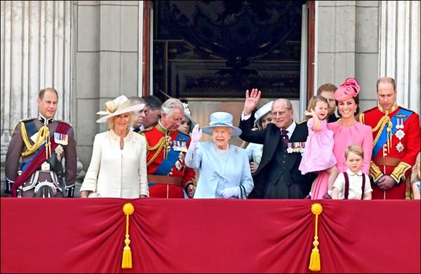 圖為十七日慶祝英女王大壽的皇家閱兵大典(Trooping the Colour),英國王室成員現身白金漢宮陽台,觀賞皇家空軍特技表演。(法新社)