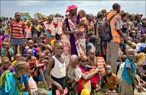 聯合國估計,全球人口到二○五○年將達到九十八億。圖為非洲南蘇丹舊凡加克的大批民眾排隊等著領取糧食。(美聯社檔案照)