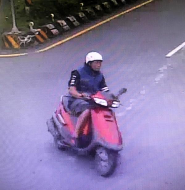 被路口監視器拍的疑似搶劫嫌犯的身影。(記者陳鳳麗翻攝)