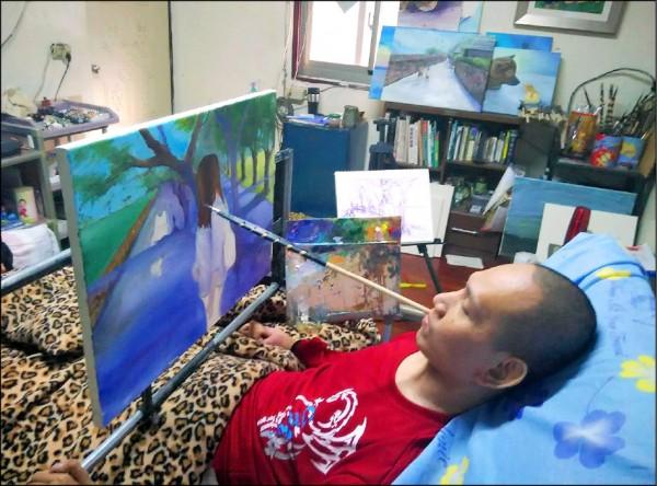 花蓮豐濱鄉38歲男子金根鴻癱瘓後以嘴握畫筆創作。(《待用課程》提供)