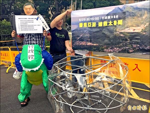 環團以行動劇表達對政府護航財團的抗議。(記者楊綿傑攝)