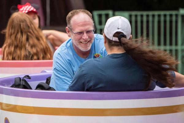 一名退休軍人賴茨從2012年1月1日開始使用年票,已經連續2000天到迪士尼樂園遊玩。(法新社)