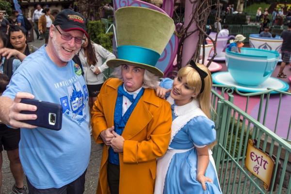 一名退休軍人賴茨(Jeff Reitz)從2012年1月1日開始使用年票,已經連續2000天到迪士尼樂園遊玩。(法新社)