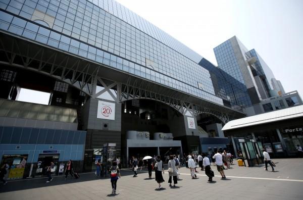 一名台灣民眾在京都旅行時,要求自己所住的飯店讓另名女子在大廳過夜,遭拒絕。圖為京都車站。(路透)