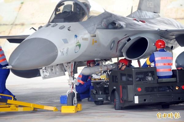 IDF經國號戰機今日演練時,發生天劍二型飛彈沒有點火直接墜海的狀況。圖為經國號戰機掛載天劍二型飛彈的過程。(資料照,記者張嘉明攝)