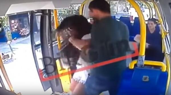 女大生遭到怪男攻擊。(圖取自YouTube)