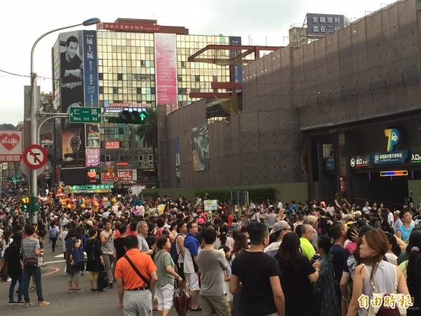 基隆今天舉辦老鷹嘉年華會,吸引大批民眾圍觀(記者吳昇儒攝)