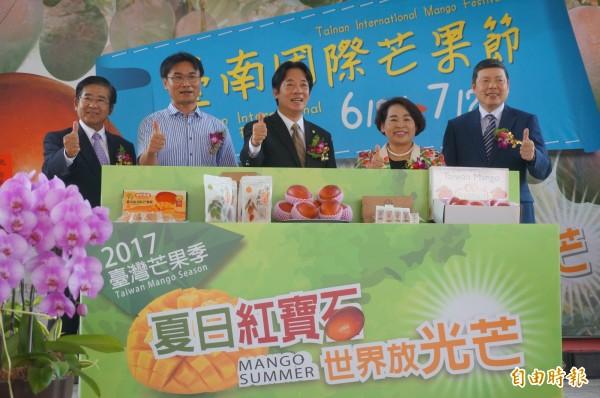 台南國際芒果節開賣,民眾可在各地超商下單購買。(記者黃文瑜攝)