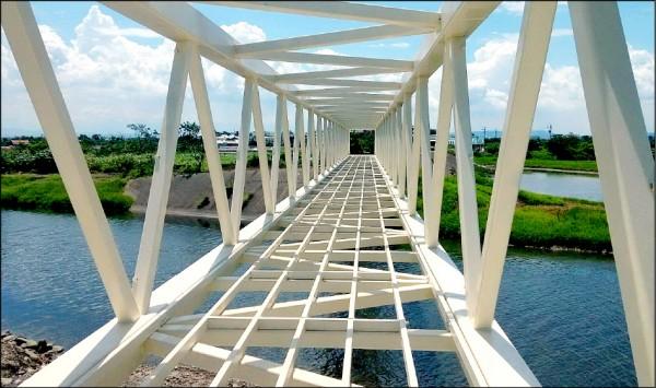 三爺溪鋼構跨橋「鯽魚橋」結構完成。(記者楊金城翻攝)
