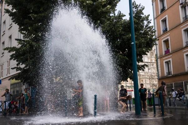 熱浪來襲,法國民眾濫開消防栓消暑,法蘭西島大區1天浪費掉15萬立方公尺的水。(資料照,法新社)