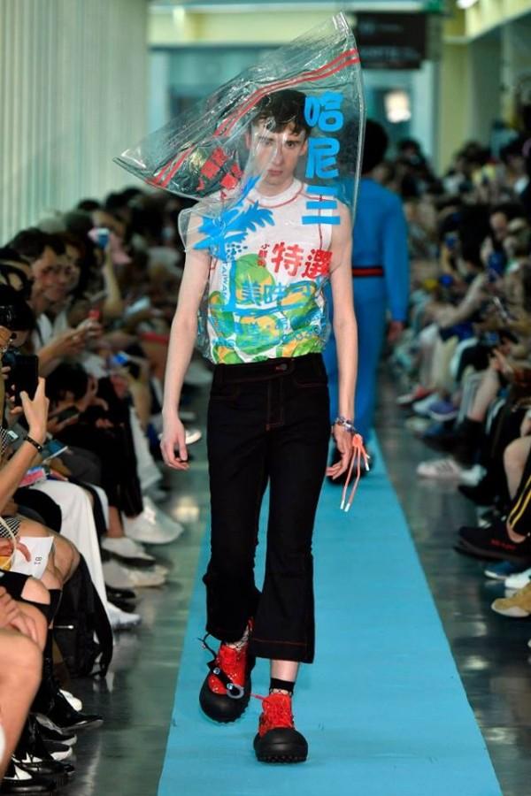 江奕勳在服裝設計上呈現台灣獨有的檳榔文化。(圖擷取自ANGUS CHIANG_official臉書)