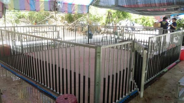 大園警分局24日在觀音區白玉里一處偏僻民宅,破獲流動鬥狗場。(記者陳昀翻攝)