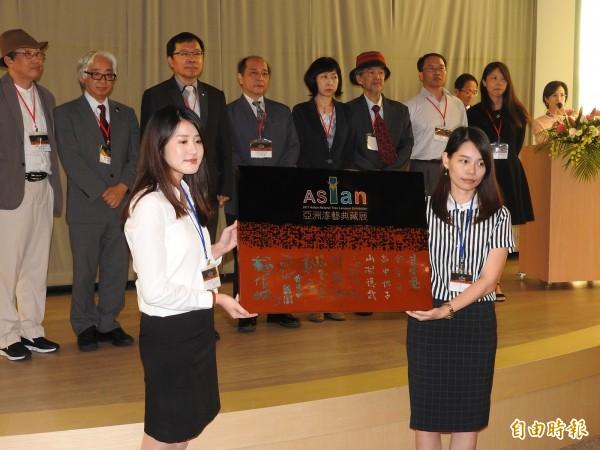 台灣工藝研究發展中心舉亞洲漆藝典藏展暨國際研討會,受邀的日本、韓國、中國、越南的學者、工藝家簽名留念。(記者佟振國攝)