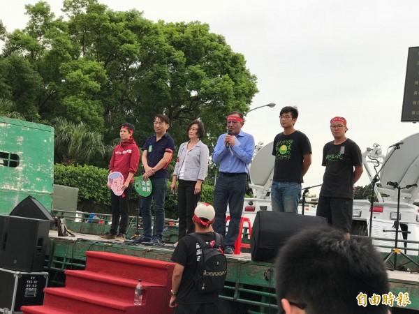 立院經濟委員會召委高志鵬(右3)表示,會在7月的第二個立院臨時會期,要求黨團一定要通過送入臨時會。(記者陳炳宏攝)