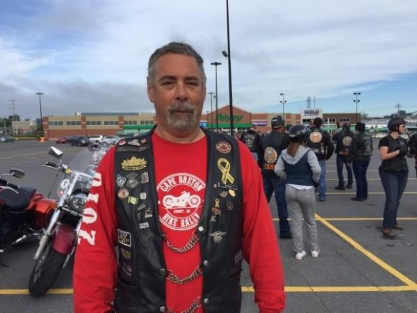 護送活動的主辦人巴索表示,如果還有其他學生覺得自己受到威脅,騎士們很樂意陪他們上學。(圖擷自CBC News)