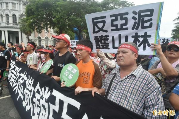 20多個民間團體發起「看見亞泥 搶救太魯閣」大遊行,今天下午3點從行政院集合出發,一起走向凱道街頭。(記者廖振輝攝)