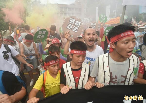 環團與花蓮當地居民呼籲撤銷亞泥遊行。(記者廖振輝攝)