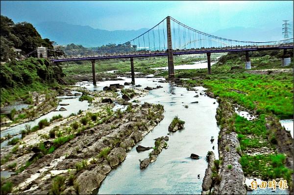 沿著大漢溪畔,桃園市長鄭文燦提出大嵙崁溪水與綠休閒園區計畫,打造成為桃園最大的生態公園。(記者李容萍攝)